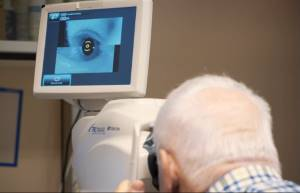 KI Irisscanner am Patienten