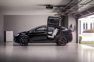 Elektroauto in der Garage laden